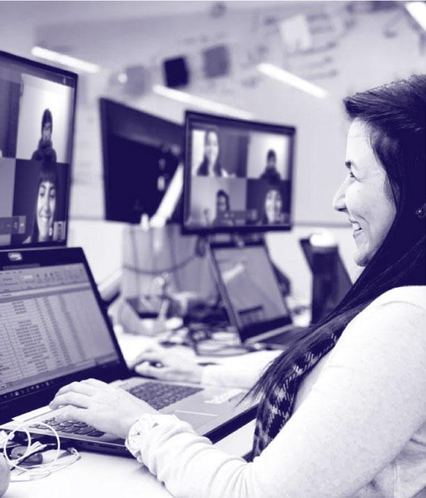 Colaborador de Insside Información Inteligente sonriendo en reunión virtual